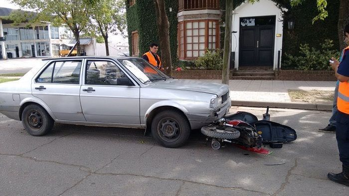 UN MUJER HERIDA EN CHOQUE ENTRE AUTO Y MOTO