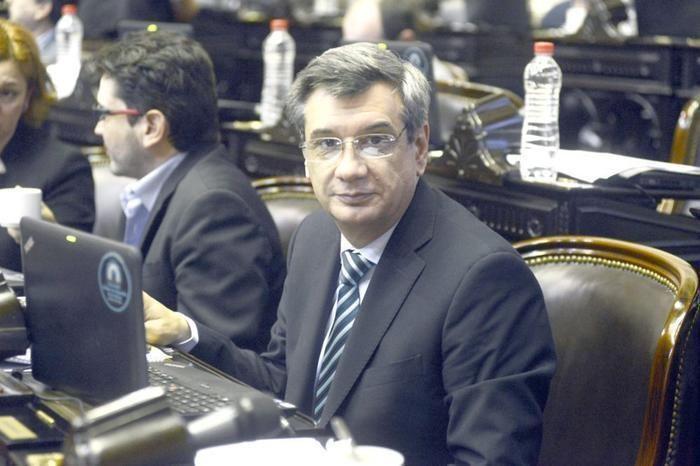 CRÍTICAS AL DIPUTADO BUIL POR UN PROYECTO PARA PAGAR PROPINAS CON TARJETA