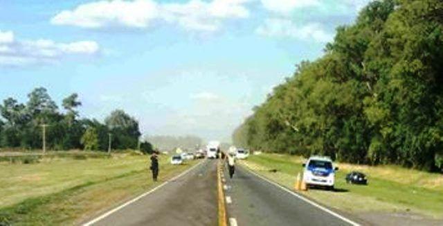 T. LAUQUEN: EL INTENDENTE FERNÁNDEZ RESCATÓ A DOS PERSONAS DE UN AUTO EN EL AGUA