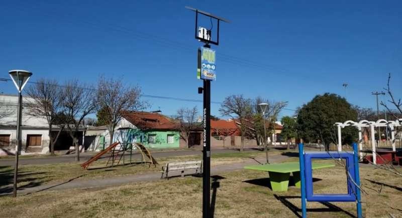 NUEVO CARGADOR SOLAR PARA CELULARES EN ESPACIOS PÚBLICOS