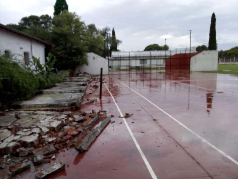 SE CAYÓ UN TAPIAL DE LA CANCHA DE INDEPENDIENTE